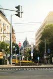 布达佩斯,匈牙利- 2016年7月24日:布达佩斯交叉路有大量的标志、街灯、一辆电车和一个看法对议会 免版税库存图片