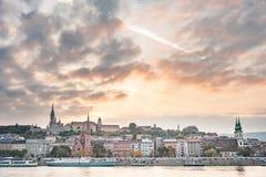 布达佩斯,匈牙利- 2015年10月26日:布达佩斯风景和某一著名大厦和多瑙河 免版税图库摄影