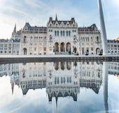 布达佩斯,匈牙利- 2015年10月27日:布达佩斯Parlament广场 有反射的全景在喷泉水 库存图片