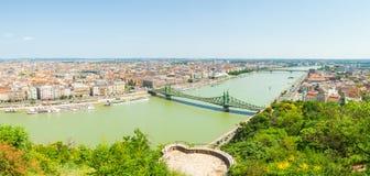 布达佩斯,匈牙利- 2016年6月15日:有连接Buda的知名的自由或自由桥梁的Dunabe河和虫在布达佩斯,虎队 免版税库存照片