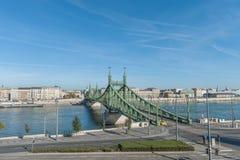 布达佩斯,匈牙利- 2015年10月27日:桥梁和多瑙河的风景在布达佩斯,匈牙利 移动的出租汽车汽车在背景中 库存图片