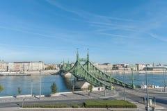 布达佩斯,匈牙利- 2015年10月27日:桥梁和多瑙河的风景在布达佩斯,匈牙利 图库摄影