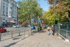 布达佩斯,匈牙利- 2015年10月26日:每日街道生活在布达佩斯,匈牙利 人们和汽车在行动 库存图片
