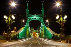布达佩斯,匈牙利- 2016年6月15日:联络Buda和虫横跨Dunabe河的自由桥梁的东部边在布达佩斯, Hungar 库存照片