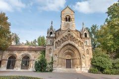布达佩斯,匈牙利- 2015年10月26日:英雄的方形的公园,布达佩斯Jaki kapolna宫殿 免版税库存照片