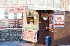 布达佩斯,匈牙利- 2015年11月5日:街道自助餐用传统匈牙利酥皮点心在布达佩斯叫kurtosh kallach 库存照片