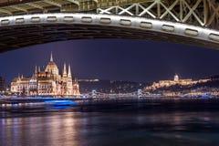 布达佩斯,匈牙利- 2015年10月30日:议会、多瑙河和王宫在布达佩斯,匈牙利 夜照片写真 三脚架和长期 免版税库存照片