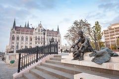 布达佩斯,匈牙利- 2015年10月26日:议会大厦和诗人阿提拉Jozsef雕象在布达佩斯,匈牙利, 免版税库存照片