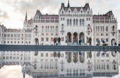布达佩斯,匈牙利- 2015年10月26日:议会大厦在布达佩斯,匈牙利,在地方喷泉水的模糊的反射 免版税库存图片