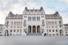 布达佩斯,匈牙利- 2015年10月26日:议会大厦在布达佩斯,匈牙利,某些人在背景中 免版税库存照片