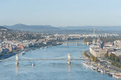 布达佩斯,匈牙利- 2015年10月27日:从Citadella,匈牙利的多瑙河和布达佩斯市船坞风景和议会 免版税库存图片