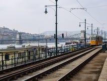 布达佩斯,匈牙利3月20日2016年 黄色电车在布达佩斯,在附近 免版税库存照片