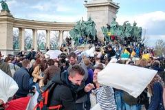 布达佩斯,匈牙利- 4月04 :在英雄正方形的枕头战天 免版税图库摄影