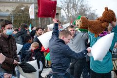 布达佩斯,匈牙利- 4月04 :在英雄正方形的枕头战天 免版税库存图片