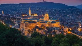 布达佩斯,匈牙利-美丽的布达城堡王宫和马赛厄斯教会在不可思议的小时 库存照片