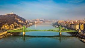 布达佩斯,匈牙利-美丽的自由桥梁Szabadsag空中地平线视图在一个晴朗的早晨掩藏了 免版税库存照片
