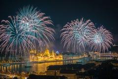 布达佩斯,匈牙利-美丽20日在河多瑙河的8月烟花在圣斯蒂芬斯天或匈牙利的基础天 免版税库存照片