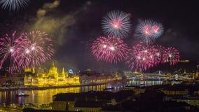 布达佩斯,匈牙利-美丽20日在河多瑙河的8月烟花 免版税库存照片