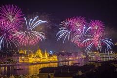 布达佩斯,匈牙利-美丽20日在河多瑙河的8月烟花 图库摄影