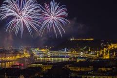 布达佩斯,匈牙利-美丽20日在河多瑙河的8月烟花 免版税库存图片