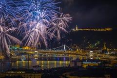 布达佩斯,匈牙利-美丽20日在河多瑙河的8月烟花 库存图片