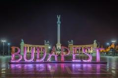 布达佩斯,匈牙利-美好的英雄` s正方形, Hosok tere或或千年纪念碑在夜之前 免版税库存照片