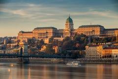 布达佩斯,匈牙利-美好的金黄日出在与布达城堡王宫的Buda边 库存图片