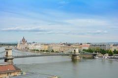 布达佩斯,匈牙利 观点的Antall JÃ ³ zsef堤防、Szechenyi铁锁式桥梁和匈牙利议会b 库存图片