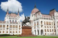 布达佩斯,匈牙利 议会大厦和骑马雕象 免版税库存图片