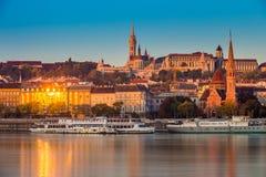 布达佩斯,匈牙利-金黄小时早晨在与布达城堡的Buda边,圣马赛厄斯教会 库存照片