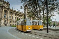 布达佩斯,匈牙利- AVRIL 15日2016年:在科苏特广场的电车2 库存照片