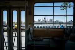布达佩斯,匈牙利- AVRIL 16日2016年:在背景的电车interieur 图库摄影