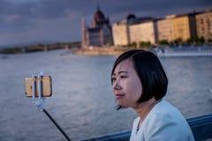 布达佩斯,匈牙利- AVRIL 16日2016年:在铁锁式桥梁的Selfie 免版税库存图片