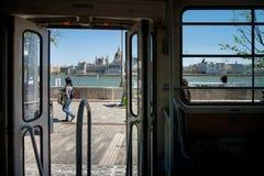 布达佩斯,匈牙利- AVRIL 16日2016年:电车中止在Buda, backgr的 库存照片
