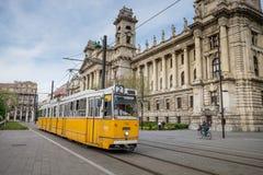 布达佩斯,匈牙利- AVRIL 15日2016年:电车2在背景中 库存照片