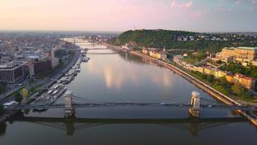 布达佩斯,匈牙利- 4K关于寄生虫飞行的空中hyperlapse定期流逝英尺长度在河多瑙河上 影视素材