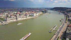 布达佩斯,匈牙利- 4K布达佩斯的中心空中地平线视图有匈牙利议会的 股票视频