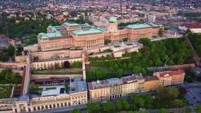 布达佩斯,匈牙利- 4K布达城堡王宫空中hyperlapse定期流逝英尺长度在黎明 股票视频
