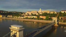 布达佩斯,匈牙利- 4K鸟瞰图在日出的Szechenyi铁锁式桥梁与河多瑙河 股票视频