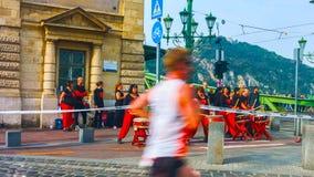 布达佩斯,匈牙利- MAI 01日2019年:不明身份的马拉松运动员在35和电信Vivicitta春天半布达佩斯参与 免版税库存图片