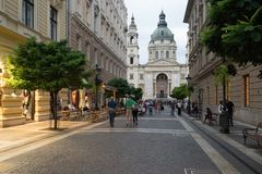 布达佩斯,匈牙利 Zrinyi Utca街道和圣斯德望` s大教堂 免版税库存照片
