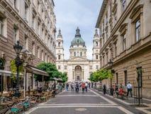 布达佩斯,匈牙利 Zrinyi Utca街道和圣斯德望` s大教堂 免版税库存图片