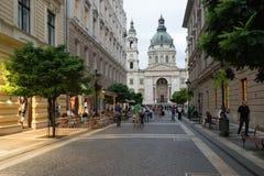 布达佩斯,匈牙利 Zrinyi Utca街道和圣斯德望` s大教堂 图库摄影