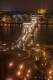 布达佩斯,在多瑙河-夜视图的铁锁式桥梁 免版税库存照片