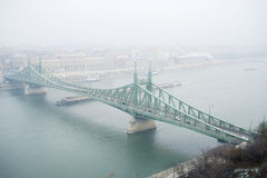 布达佩斯,在雾的自由桥梁 免版税库存照片