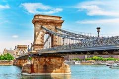 布达佩斯, HUNGARY-MAY 04日2016年:Szechenyi铁锁式桥梁在早晨 免版税库存图片
