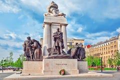 布达佩斯, HUNGARY-MAY 02,2016 :Istvan的蒂萨河纪念碑在righ 免版税图库摄影