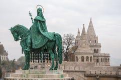 布达佩斯, HUNGARY-NOVEMBER :骑士古铜色雕象在Budape的Fishermans本营 库存照片