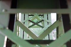 布达佩斯/匈牙利09 09 18 :自由桥梁以布达佩斯晴朗的汽车绿色 图库摄影