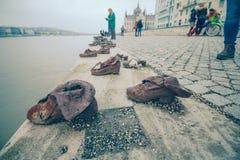布达佩斯-在多瑙河银行的鞋子 库存照片